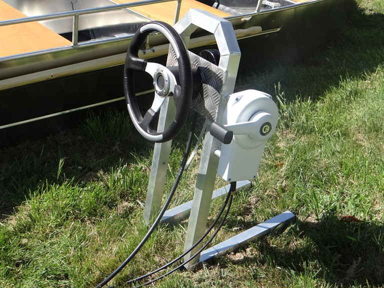Barco de aluminio equipado con un volante (1)