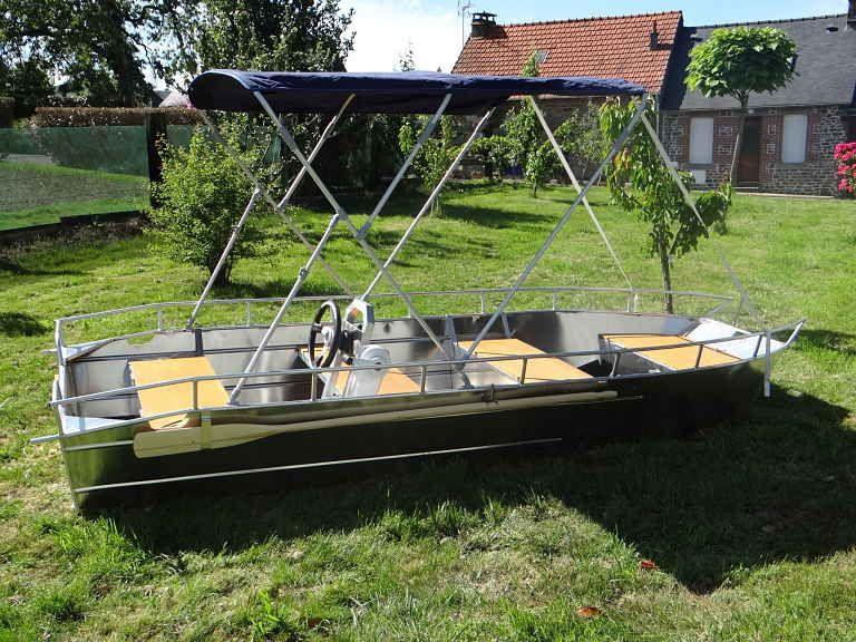 Barco de aluminio equipado con un volante (11)