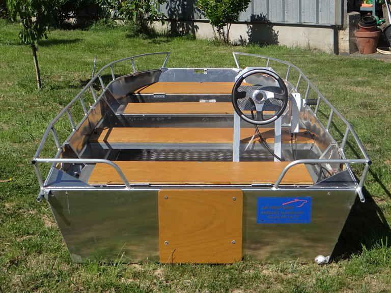 Barco de aluminio equipado con un volante (12)