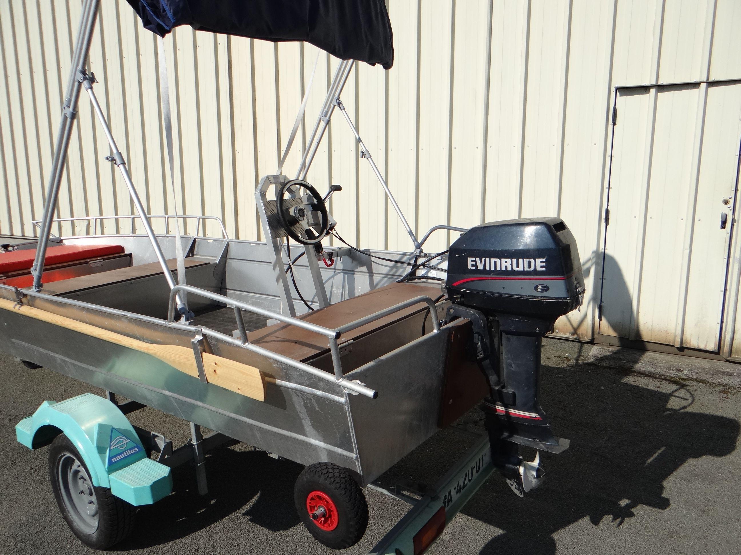 Barco de aluminio equipado con un volante (2)