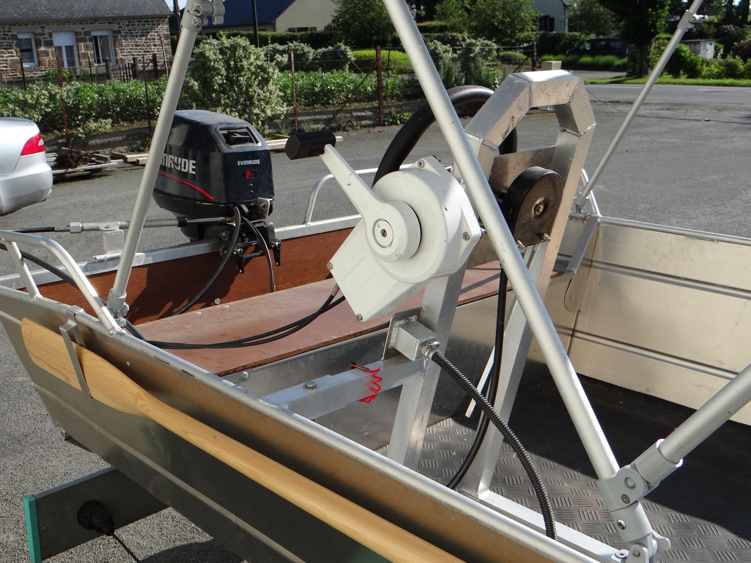 Barco de aluminio equipado con un volante (3)