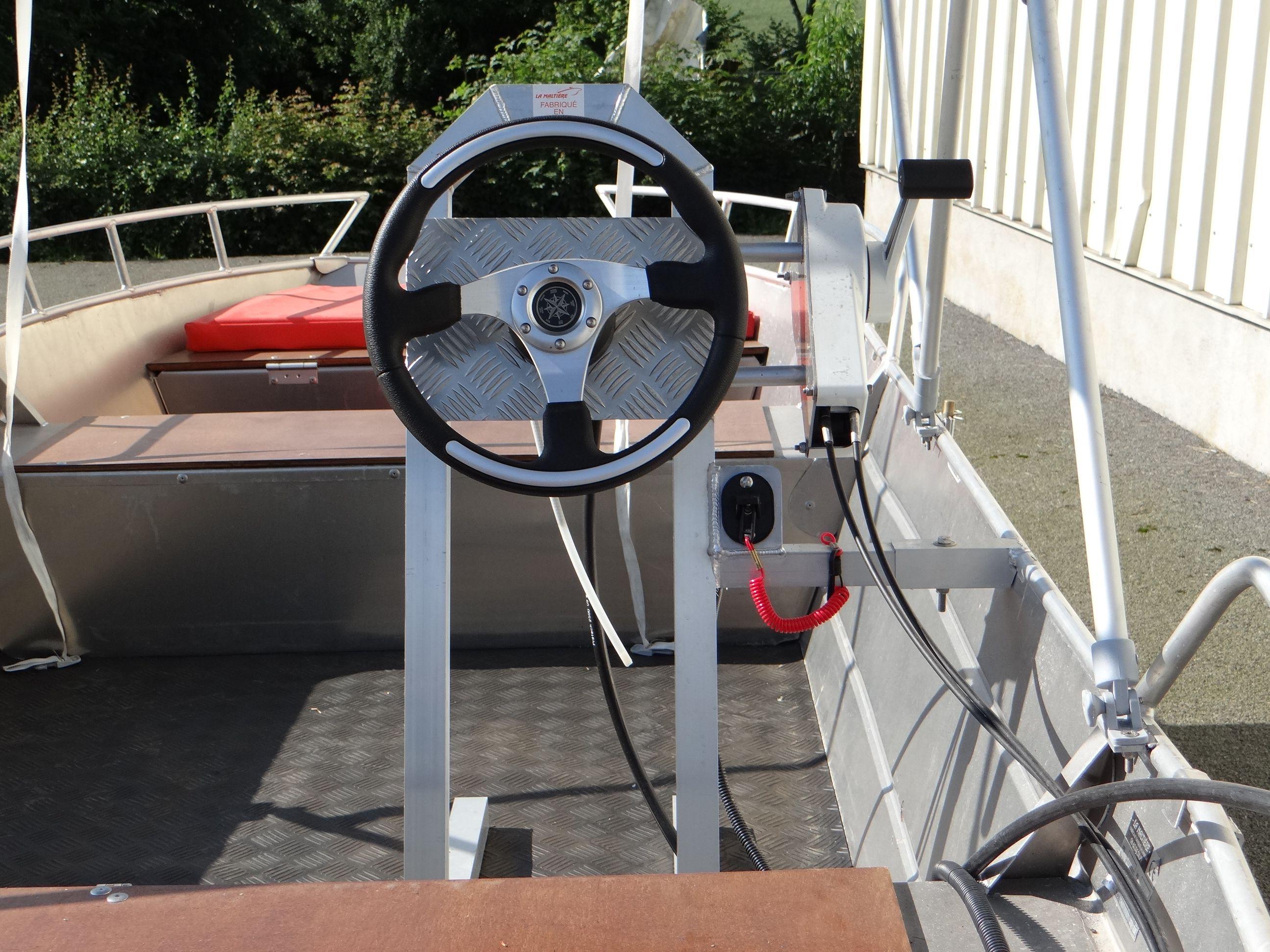 Barco de aluminio equipado con un volante (6)