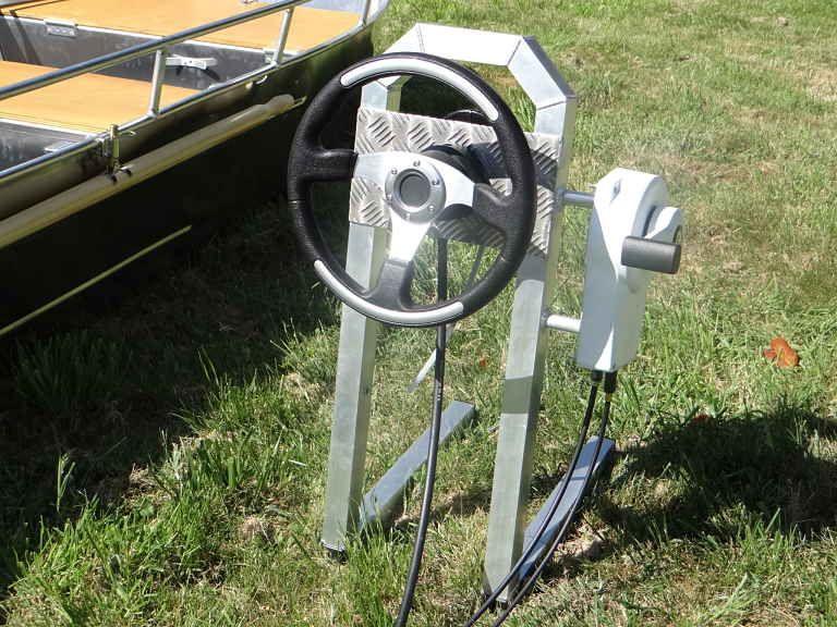 Barco de aluminio equipado con un volante (8)