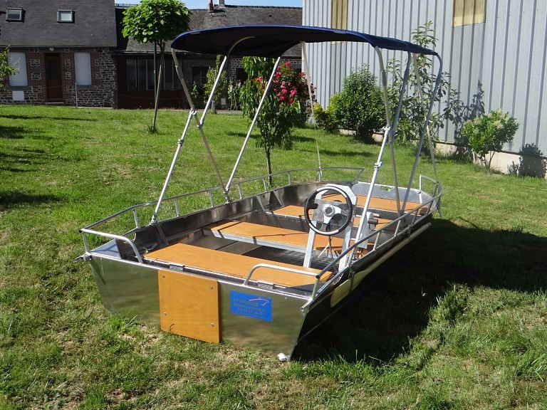 Barco de aluminio equipado con un volante (9)